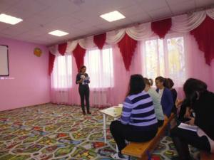 Педагог-психолог проводит мастер-класс для участников семинара